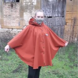 Poncho cape Brique avec capuche en softshell doublé de polaire de couleur brique pressionné devant