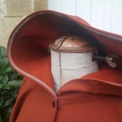 Poncho cape Brique avec capuche en softshell doublé de polaire de couleur brique pressionné devant Détail.