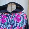 Manteau coupe évasé en softshell imprimé pavot avec capuche, manche et rabats de poche de couleur noire