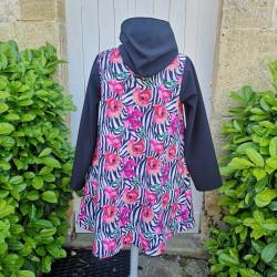 Manteau coupe évasé en softshell imprimé pavot avec capuche, manche et rabats de poche de couleur noire De dos