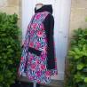 Manteau coupe évasé en softshell imprimé pavot avec capuche, manche et rabats de poche de couleur noire De profil