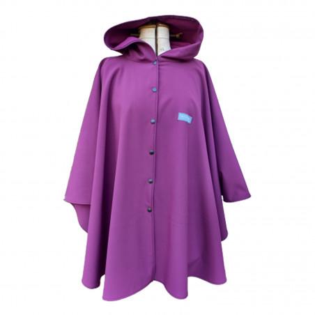 Poncho cape violet avec capuche en softshell doublé de polaire de couleur violet pressionné devant