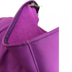 Poncho cape violet avec capuche en softshell doublé de polaire de couleur violet pressionné devant Détail capuche