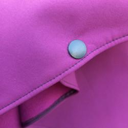Poncho cape violet avec capuche en softshell doublé de polaire de couleur violet pressionné devant Pression passe-bras