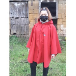 Poncho cape BURLAT avec capuche en softshell doublé de polaire de couleur rouge pressionné devant.