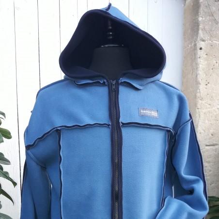 Veste avec une grande capuche pour adulte en polaire double face de couleur bleu infini et bleu marine sur l'envers