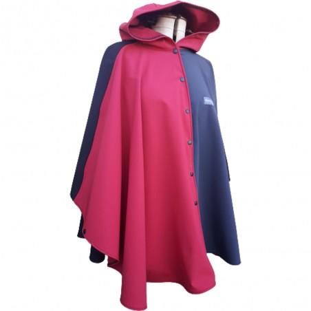 Poncho cape Standhal 2 avec capuche en softshell doublé de polaire de couleur noir, anthracite et rouge pressionné devant.