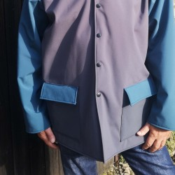 Veste adulte Phil coupe droite en softshell avec capuche doublé de polaire 2 poche avec rabat pressions sur le devant
